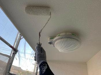 軒天井上塗り中