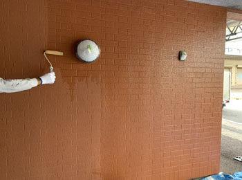 外壁 シーラー 施工中