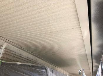 軒天井 高圧洗浄中