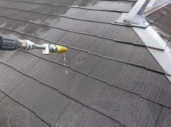 屋根 高圧洗浄中