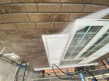 窓飾り 高圧洗浄中